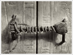 Harry Burton: The unbroken seal at the door to the 2. shrine of KV62