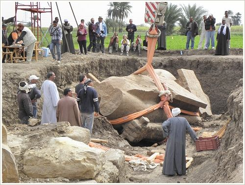 Salvage of a huge fragment of an colossus of Amnehotep III, Luxor West Bank