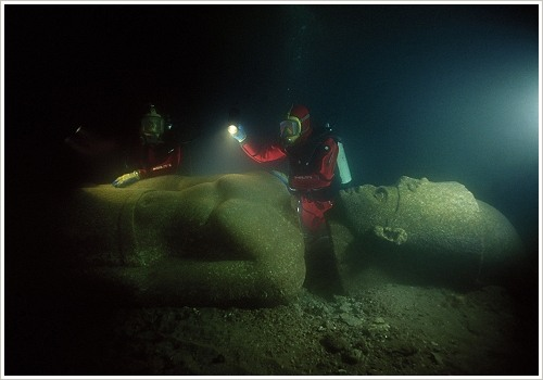 Heracleion: 5 metre high red granite statue of a pharao with divers, (c) Franck Goddio/Hilti Foundation, Christoph Gerigk